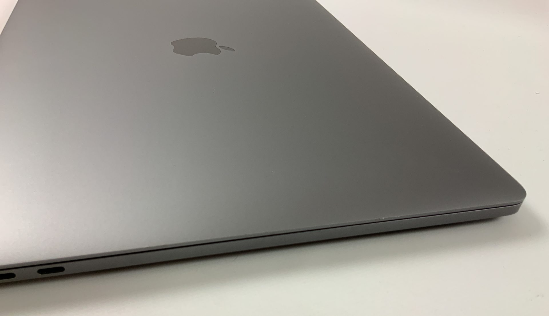 """MacBook Pro 15"""" Touch Bar Mid 2018 (Intel 6-Core i9 2.9 GHz 32 GB RAM 1 TB SSD), Space Gray, Intel 6-Core i9 2.9 GHz, 32 GB RAM, 1 TB SSD, Afbeelding 4"""